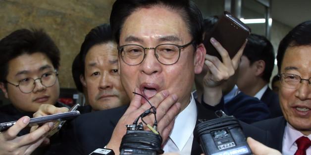 새누리당 신임 정우택 원내대표가 16일 오전 국회에서 의원총회장을 나서며 취재진의 질문세례를 받고 있다.