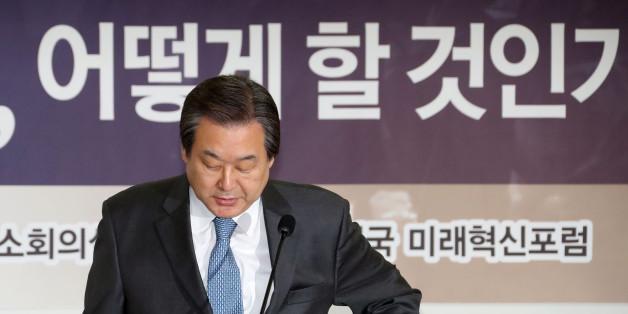 새누리당 김무성 전 대표가 13일 오전 국회 의원회관에서 열린 대한민국 미래혁신포럼의 '제왕적 대통령제 철폐를 위한 개헌, 어떻게 할 것인가!' 세미나에서 축사를 마친 뒤 단상에서 내려오고 있다.