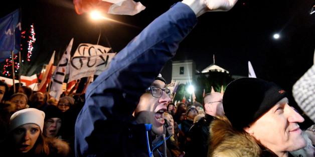 Polen: Regierungskritiker blockieren Parlament - Polizei soll Tränengas eingesetzt haben