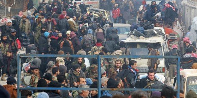 Encore des milliers de Syriens attendent la reprise des évacuations d'Alep