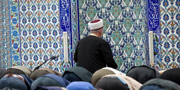 Betende Muslime in einer Moschee in Deutschland. (Symbolbild)