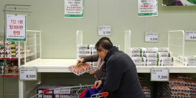 """18일 오후 서울 양재동 농협하나로마트 달걀 코너가 썰렁하다. 마트 관계자는 """"최근 조류인플루엔자로 공급에 차질이 생겨 달걀 진열대가 비어 있다""""고 설명했다."""