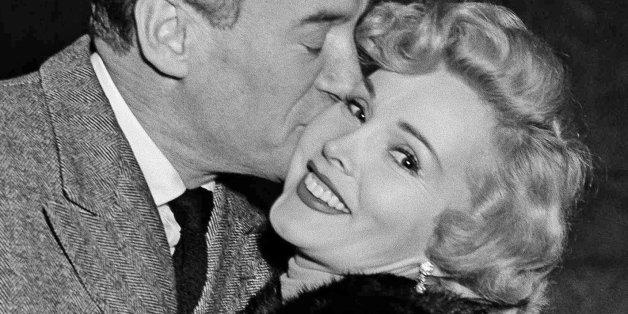 Ihr damaliger Ehemann George Sanders küsste Zsa Zsa Gabor auf diesem Foto von 1953