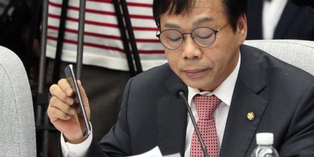 새누리당 이완영 의원이 14일 오전 국회에서 열린 최순실 국정농단 의혹 진상규명을 위한 국정조사 특위 3차 청문회에서 신상발언을 하던 중 휴대전화를 들어 보이고 있다.
