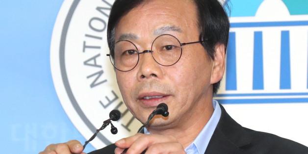 '최순실 국조특위' 청문회 사전모의 및 위증지시 의혹을 받는 새누리당 이완영 의원이 19일 오후 국회 정론관에서 기자회견을 열고 있다.