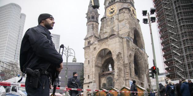 Polizisten sichern den Tatort an der Berliner Gedächtniskirche