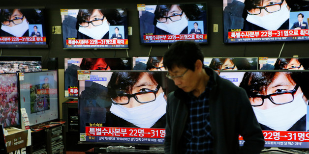 An employee watches TV sets broadcasting a news report on Choi Soon-sil, a long-time friend of South Korean President Park Geun-hye, in Seoul, South Korea, November 4, 2016.  REUTERS/Kim Hong-Ji