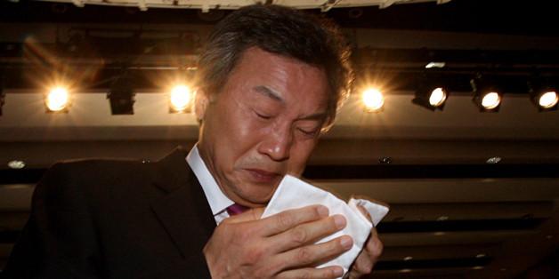 손학규 전 민주당 대표가 2007년 한나라당 탈당을 발표하면서 눈물을 흘리는 모습