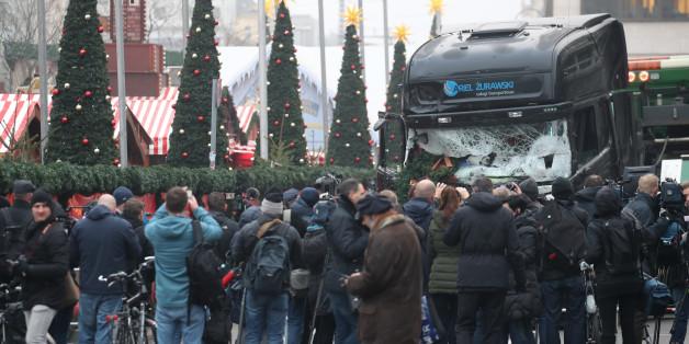Der Lkw, mit dem der Anschlag ausgeführt wurde, wird abtransportiert - die Medien schauen zu