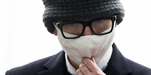 대한항공 기내에서 승객과 승무원을 폭행하는 등 난동을 부린 임모(34)씨가 26일 인천국제공항경찰대에 피의자 신분으로 출석하고 있다.