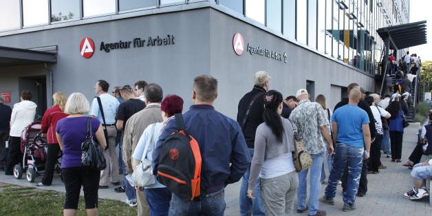 Warteschlange von Arbeitssuchenden vor einem Jobcenter in Berlin