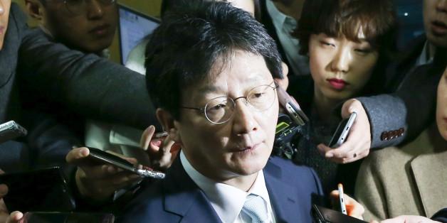 유승민 새누리당 의원이 27일 서울 여의도 국회 의원회관에서 열린 개혁보수신당(가칭) 창당 기자회견을 마친 뒤 취재진의 질의에 답하고 있다.