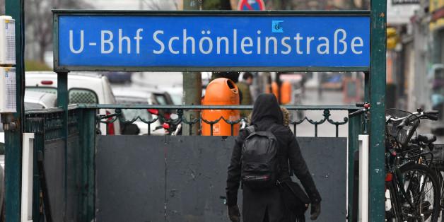 """In dem Berliner U-Bahnhof """"Schönleinstraße"""" zündete eine Gruppe Männer das Papier an, mit dem sich ein Obdachloser zugedeckt hat"""