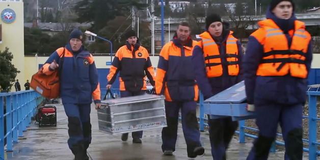 Russische Rettungskräfte bereiten sich auf die Suche auf dem Meer vor.