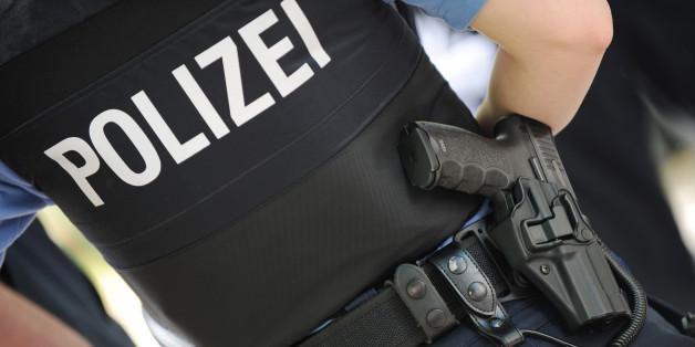 Eine Polizeibeamtin mit ihre Dienstwaffe am Gürtel