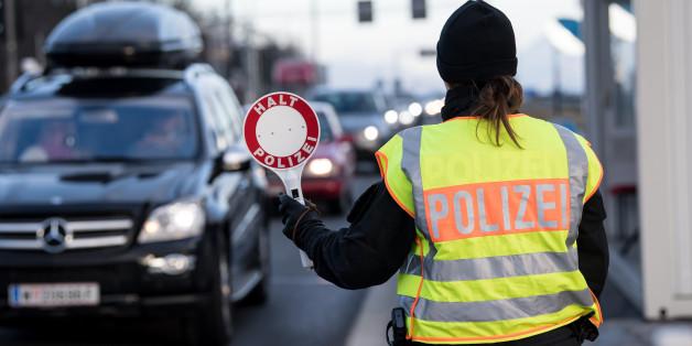 Ein Polizistin an der Kontrollstelle Schwarzbach an der Autobahn Salzburg-München