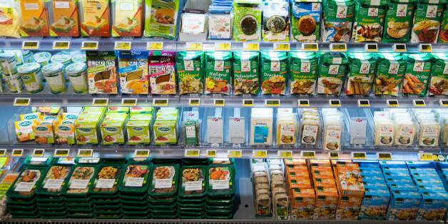 Ein Kühlregal mit vegetarischen Produkten in einem Edeka in Hamburg