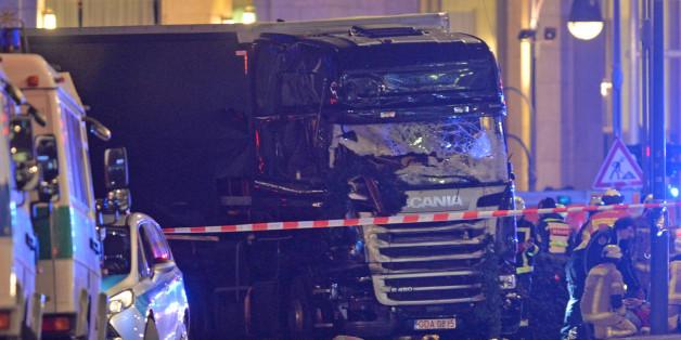 Der zerstörte Lastwagen nach dem Anschlag in der Nähe der Gedächtniskirche in Berlin auf einem Gehweg