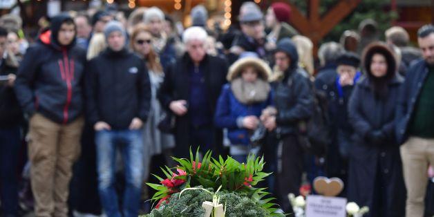 Besucher an einer Gedenkstätte für die Opfer des Terroranschlags auf eine Weihnachtsmarkt