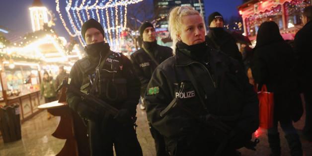 Polizisten auf dem Weihnachtsmarkt auf dem Breitscheidplatz in Berlin