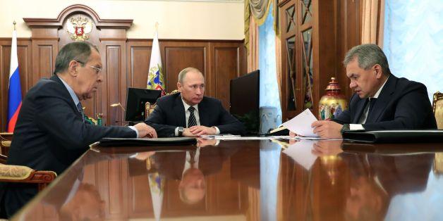 Σύσκεψη στο Κρεμλίνο μετά την ανακοίνωση των κυρώσεων από τις ΗΠΑ. Ο Πούτιν ακούει τις εισηγήσεις των υπουργών Εξωτερικών και ΆΜυνα