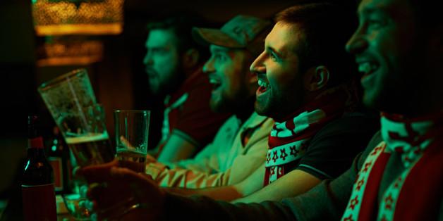 Ein Oxford-Professor sagt, wie sehr Männern es hilft, wenn sie sich mit Freunden in einer Kneipe treffen