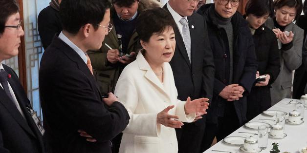 박근혜 대통령이 새해 첫날인 1일 오후 청와대 상춘재에서 출입기자단과 신년인사회를 겸한 티타임을 갖고 참석자들의 질문에 답하고 있다.