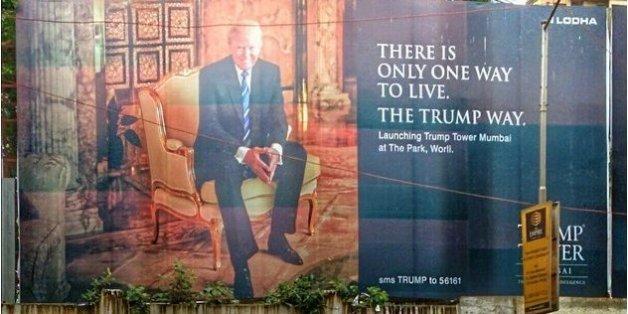 Ein Foto zeigt ein Plakat mit dem künftigen US-Präsidenten Donald Trump vor einer Szenerie der Armut in Mumbai.