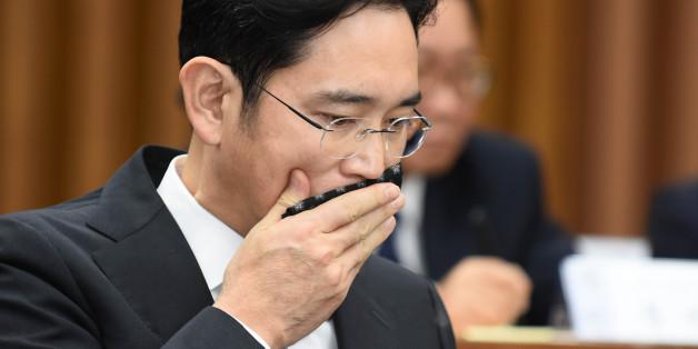이재용 삼성전자 부회장이 작년 12월 서울 여의도 국회에서 열린 국정조사 특별위원회'에서 손수건으로 입가를 닦고 있다.