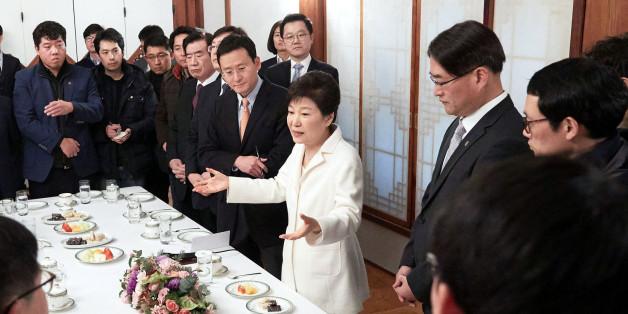 박근혜 대통령이 정유년 새해 첫날인 1일 오후 청와대 상춘재에서 출입기자단과 신년 인사회를 겸한 티타임을 갖고 참석자들의 질문에 답하고 있다.