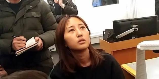 덴마크 법원에서 영상심사 전 기자들과 인터뷰를 하고 있는 정유라의 모습