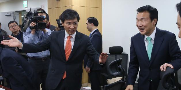 안희정 충남도지사가 2016년 11월 국회 의원회관에서 열린 토론회에서 손학규 전 민주당 대표를 안내하고 있다.