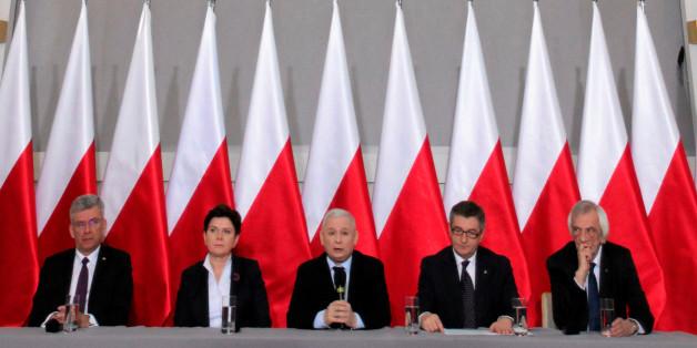PiS-Chef Jaroslaw Kaczynski (Mitte) spricht während einer Pressekonferenz - er ist umringt von Mitgliedern der polnischen Regierung