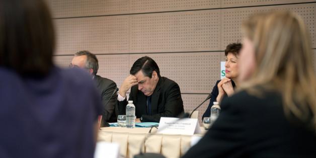 Le Premier ministre français François Fillon (C) écoute des employées lors d'une visite de l'entreprise Schneider Electric, le 07 mars 2011 à Rueil-Malmaison. Au cours de ce déplacement, le Premier ministre a estimé que 'l'opposition devait aussi s'interroger sur sa propre attitude et sa propre responsabilité dans cette situation', en commentant le sondage donnant Marine Le Pen (FN) en tête du 1er tour de la présidentielle. A droite, la ministre des Solidarités et de la Cohésion sociale Roselyne Bachelot.  AFP PHOTO / MARTIN BUREAU (Photo credit should read MARTIN BUREAU/AFP/Getty Images)