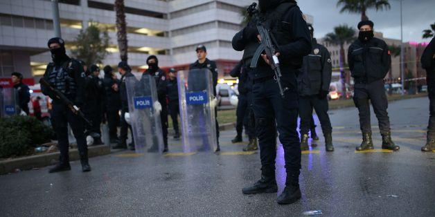 Türkische Polizisten sperren den Bereich ab, wo kurz zuvor eine Autobombe explodierte