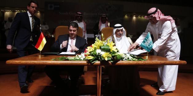 German Economy Minister deputy chancellor Sigmar Gabriel (seated L) and Saudi Finance Minister Ibrahim al-Assaf (seated R) sign an economic agreement in Riyadh March 8, 2015. REUTERS/Faisal AlNasser (SAUDI ARABIA - Tags: SOCIETY)