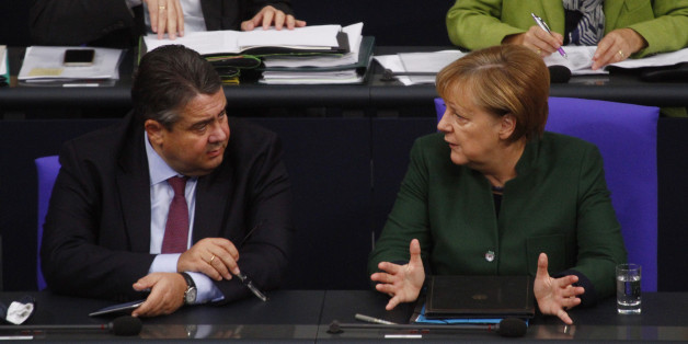BERLIN, BERLIN - NOVEMBER 23:  German Chancellor Angela Merkel (CDU) speaks with vice Chancellor Sigmar Gabriel (SPD) ahead of her Speech to debate on Federal Budget in the German Parliament or Bundestag on November 23, 2016 in Berlin, Germany.  (Photo by Michele Tantussi/Getty Images)