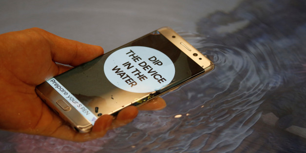 FILE PHOTO - A model demonstrates waterproof function of Galaxy Note 7 new smartphone during its launching ceremony in Seoul, South Korea, August 11, 2016.  REUTERS/Kim Hong-Ji/File Photo
