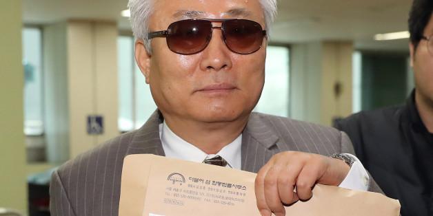 최순실씨의 이복오빠인 최재석 씨가 10일 오전 서울 강남구 대치동 특검사무실로 들어서며 '최태민 사망사건 수사의뢰서'를 취재진에 들어 보이고 있다.