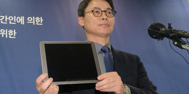 11일 오후 서울 강남구 대치동 최순실 국정농단 특별검사 사무실에서 이규철 대변인이 장시호 씨가 제출한 태블릿PC를 공개하고 있다. ⓒ연합뉴스