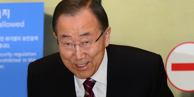 반기문 전 유엔사무총장이 12일 오후 인천국제공항을 통해 입국하고 있다.