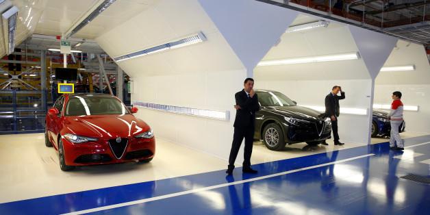 Automodelle von Fiat Chrysler auf einer Fabrikausstellung