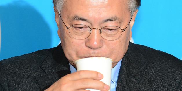 문재인 더불어민주당 전 대표가 13일 오전 서울 마포구 신한류플러스에서 열린 '함께여는 미래 18세 선거권 이야기'에서 물을 마시고 있다.