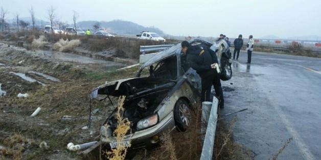 4일 오전 6시 40분께 전북 군산시 개정면 한 농로에서 불에 탄 그랜저 승용차가 발견된 가운데, 차량 안에 고모(53·여)씨가 숨진 채 발견돼 경찰이 조사에 나섰다.(전북지방경찰청 제공)2017.1.4