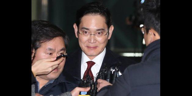 이재용 삼성전자 부회장이 13일 오전 피의자신분으로 특검 조사를 받은 뒤 아버지와 닮은 표정으로 서울 강남구 특검 사무실을 나서고 있다.