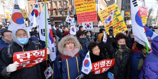 14일 오후 서울 종로구 대학로에서 열린 '탄핵 반대' 맞불집회에서 '박사모' 등 보수단체 회원들이 박근혜 대통령의 탄핵 기각을 촉구하고 있다.