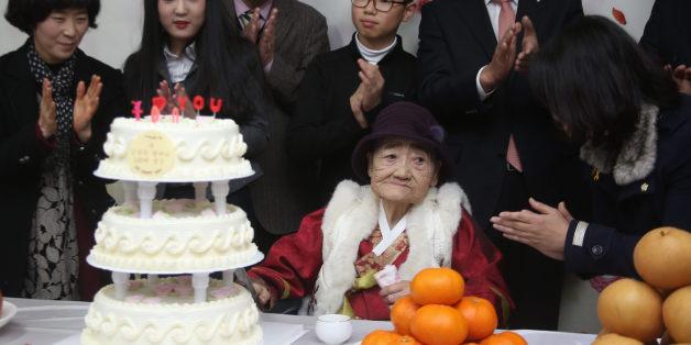 14일 오후 경남도립통영노인전문병원에서 열린 일본군 위안부 피해자 김복득 할머니의 '100세 생신 축하연'에서 김 할머니가 참석자로부터 축하 인사를 받고 있다.