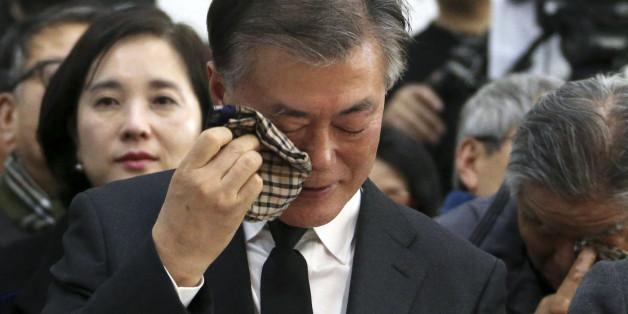 문재인 더불어민주당 전 대표(왼쪽)가 15일 오후 서울 구로구 성공회대학교 성미가엘성당에서 열린 故 신영복 선생 1주기 추모식에서 눈물을 닦고 있다.