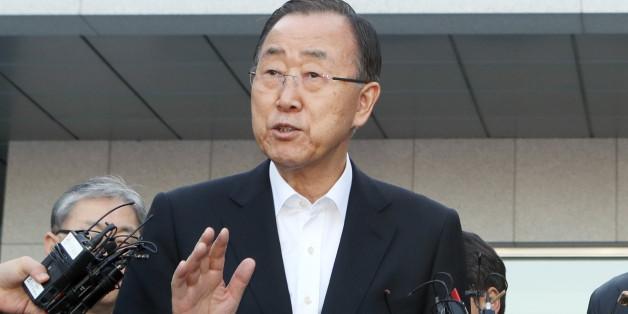 16일 반기문(왼쪽) 전 유엔 사무총장이 부산 남구 유엔평화기념관 앞에서 기자들의 질문에 답하고 있다.