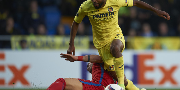 VILLARREAL, SPAIN - DECEMBER 08:  Cedric Bakambu (L) of Villarreal is tackled by Alin Tosca of Steaua Bucuresti during the UEFA Europa League match group L between Villarreal CF and FC Steaua Bucuresti at El Madrigal on December 8, 2016 in Villarreal.  (Photo by fotopress/Getty Images)